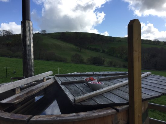 Tremeirchion, UK: Breakfast in the hot tub