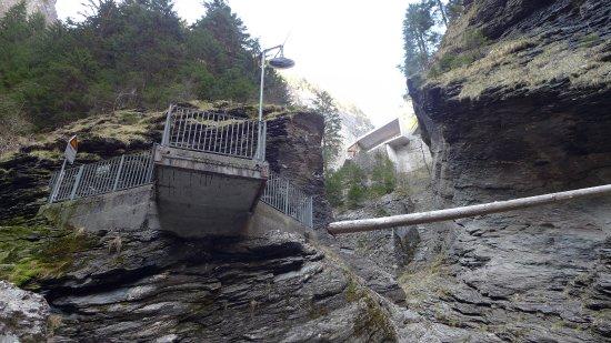 Zillis, Switzerland: Die Treppenanlage beim Besucherzentrum eröffnet tiefe Einblicke in die Viamala-Schlucht.