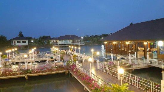 Prachin Buri Province, Tailandia: บรรยากาศกลางน้ำยามค่ำคืนของสวนอาหารบ้านเนินน้ำ อ.กบินทร์บุรี