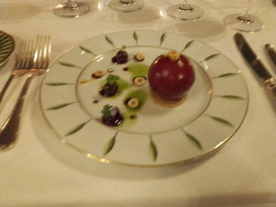 Le Stofflet : Sphère de foie gras de canard, chutney de griottes ! Aussi beau que bon.