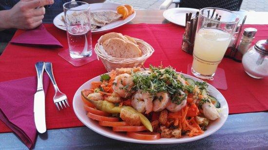 Osterholz-Scharmbeck, Tyskland: Salat mit Garnelen