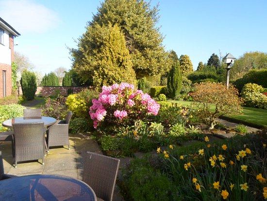 Frodsham, UK: Terrace and Garden