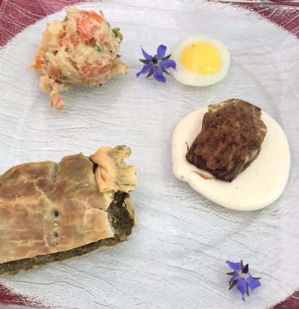 Veggia Dian: torts verde, uovo di quaglia, insalata russa e carciofo ripieno di carne con fonduta