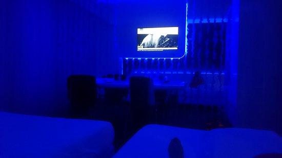 A Point Porto Ercole Resort & Spa: Camera comoda con due letti spaziosi e luci soffuse di colore blu