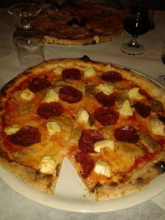 Il Pozzo Lungo: Pizza mit Salami, Brie und Trüffelöl