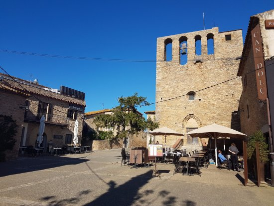 Sant Feliu de Boada, Spain: vista extereior terraza. Plaça de l'Esglèsia.