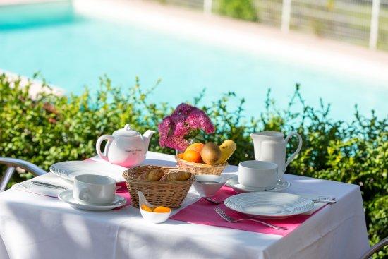 Luxeuil-les-Bains, France : petit déjeuner en terrasse