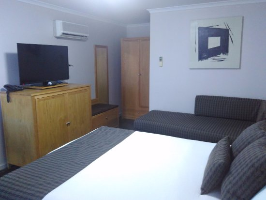 Mid City Motel Warrnambool : Comfortable bed & space for luggage