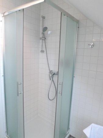 Hotel Katrca: Prysznic - czysta i świeża łazienka