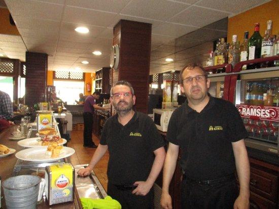 Infiesto, España: David, Julio and customers in the Ramses
