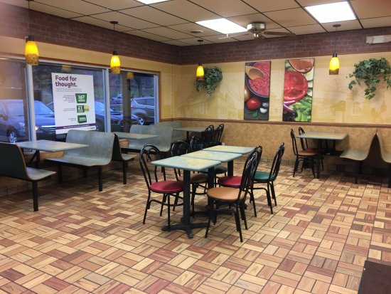 Newark, NY: Subway - dining room
