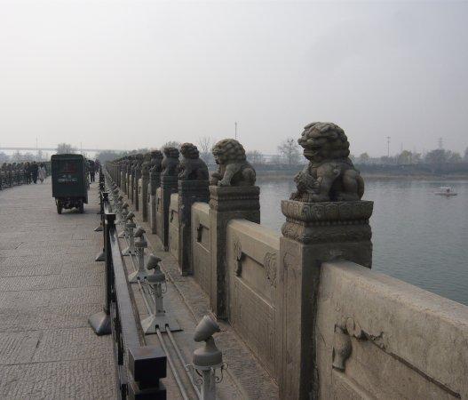 Lugou Qiao (Marco Polo Bridge) : 河と欄干と獅子像