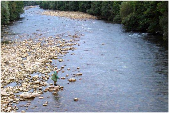 Alceda, สเปน: rio pas pescando al lado del puente