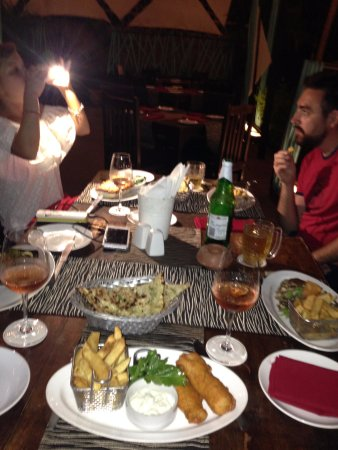 Jamies Restaurant: Лазанья, рыбные палочки (котлеты) во фритюре, стейк, местное розовое вино