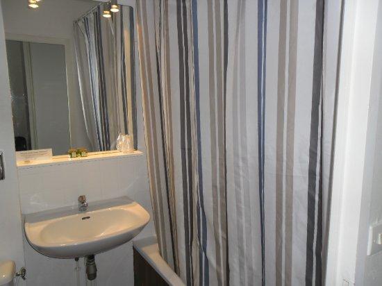 salle bains avec baignoire - Picture of Logis Luccotel, Loches ...