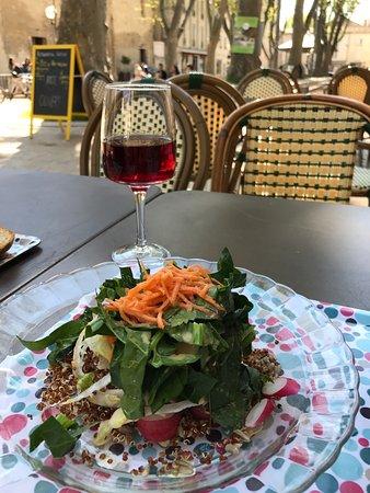 En terasse avec une salade en entrée avec un bon verre de vin bio sans sulfites !