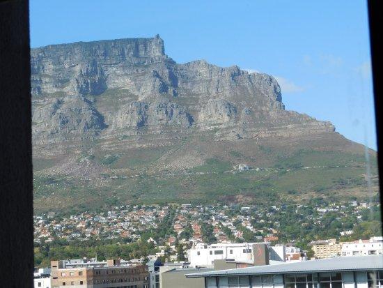 Cape Town Lodge: Вид из окна на Столовую гору.