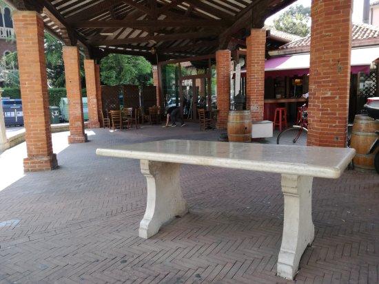 Osteria Al Merca : Osteria al Mercà, l'esterno con i tipici banchi di marmo dell'ex mercato del pesce.