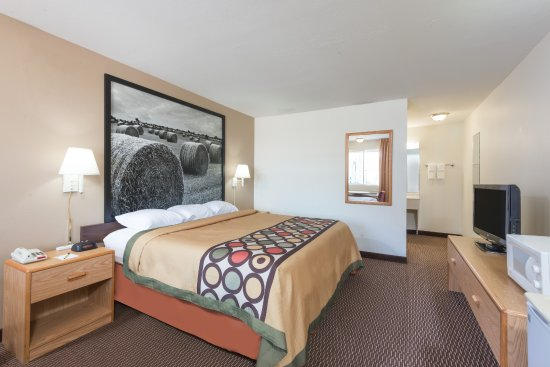 Junction City, KS: Spacious king rooms