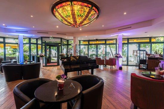 โรงแรมรอยัลพลาซ่า มองเทรอซ์