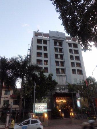 Ha Noi Hotel: 夕方、通りの向こうからの1枚……一番上の左端が私が泊まった903号室∕夕方強烈なにわか雨にちょっとしたトラブルもマネジャーが直ちに対応指示で解決!