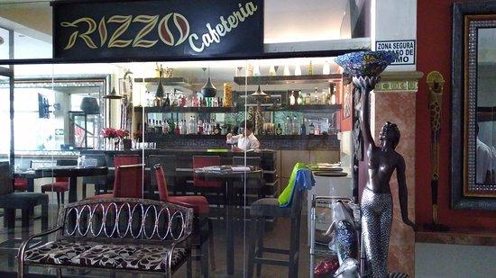 Rizzo Plaza Hotel: Cafeteria do hotel com uma decoração muito atrativa.