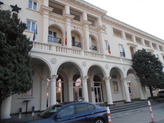 L 39 entr e de l 39 h tel picture of iaki hotel constanta for Entree hotel