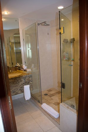 Salle de bain ( grande douche ) - Picture of BlueBay Grand ...