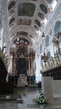 Вальдзассен, Германия: Der Chorraum mit geschnitztem Chorgestühl und Hochaltar, vorn Volksaltar
