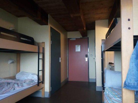 Heemskerk, Belanda: in de kamers alleen stapel bedden ......dus niks samen slapen of matrassen op de grond leggen hi