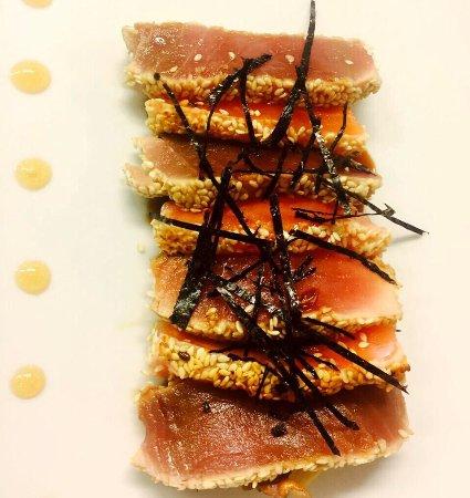 Cavriago, İtalya: Tonno e salmone in crosta di semi di sesamo con finocchi in salsa di soia giapponese ! Squisito!
