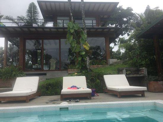 Alrededores de la piscina picture of cerro lobo guest for Piscina la rinconada