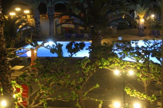 Mare Monte Beach Hotel: vue de ma chambre sur la piscine de nuit
