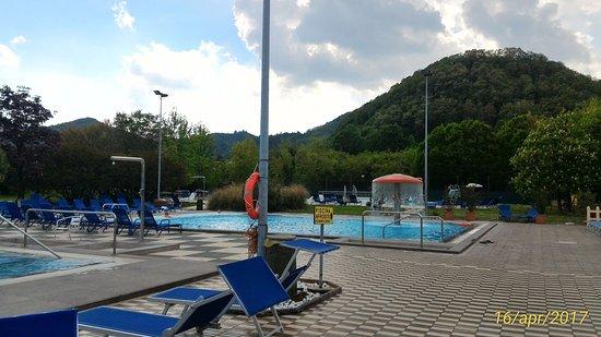 Piscina col fungo e a fianco piscina bimbi con spazio - Piscine termali abano aperte al pubblico ...
