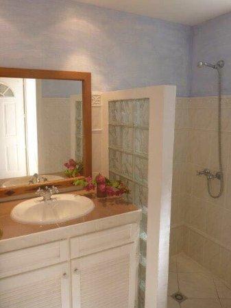 Une des salle de bain de la villa picasso picture of for Salle de bain rose