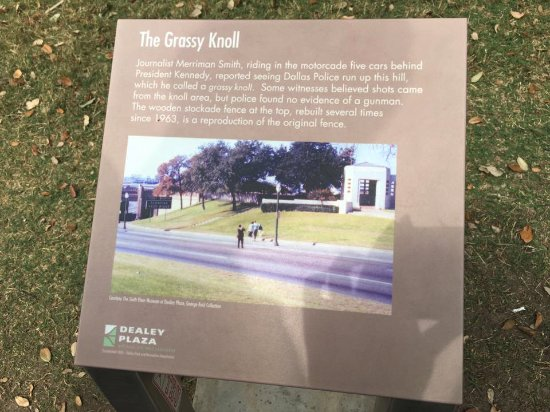 Dealey Plaza National Historic Landmark District: Grassy knoll