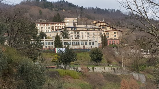 Castelvecchio Pascoli, Italie : The hotel - nestled in the hills above the Barga valley.