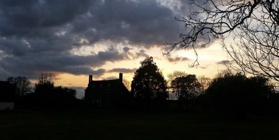 Ash, UK: Looking towards the hall from the grounds in the evening after walking the dogs