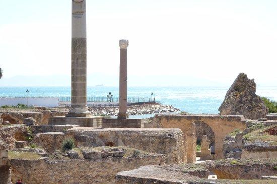 Carthage, Tunezja: アントニヌスの共同浴場より地中海を望む