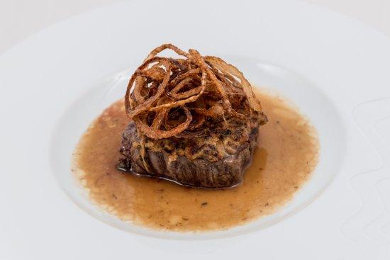 Susice, República Checa: Hovězí steak ze svíčkové s cibulkou a hořčičnou krustou
