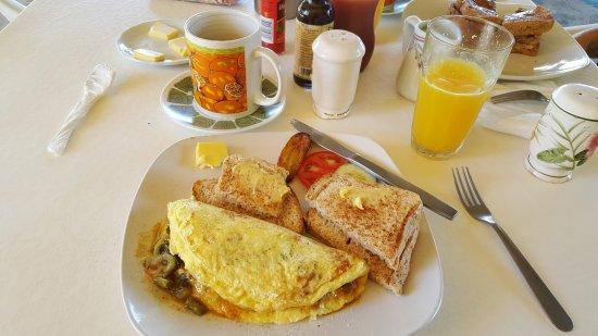 Treasure Beach, Giamaica: Mixed Callaloo and Spanish Omelette, Coffee and Orange Juice.