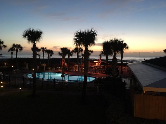 Seahorse Oceanfront Inn: Sunrise over the pool and bar area