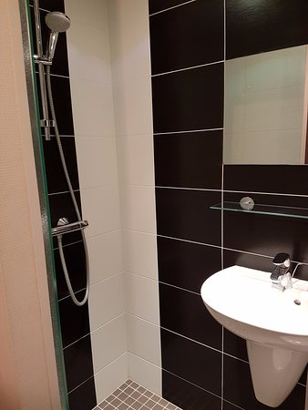 Hôtel Mimosa : Note sink that is basically in the shower - toilet is just on the other side of the sink