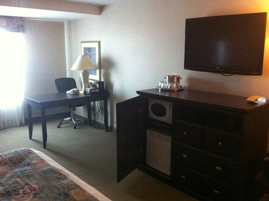 Best Western Plus Port O'Call Hotel: Mini fridge and microwave