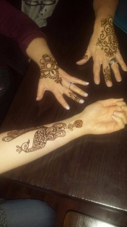 Williamsville, Nowy Jork: Every Thursday 6-9 is Henna night, get complimentary henna tattoos with your meal!