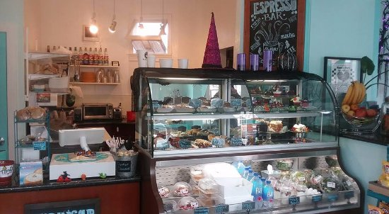 Capitola, CA: Inside grab and go case with fresh pastries