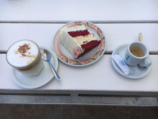 Valencia Mindfulness Retreat: ..... en dan heel hard fietsen naar La Mas Bonita voor de beroemde Red Velvet Cake! Lekkerrrrrrr