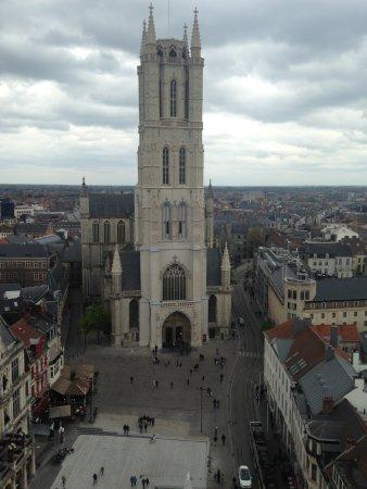 Ibis Gent Centrum St-Baafs Kathedraal: Hotel Ibis sur la droite de la cathédrale