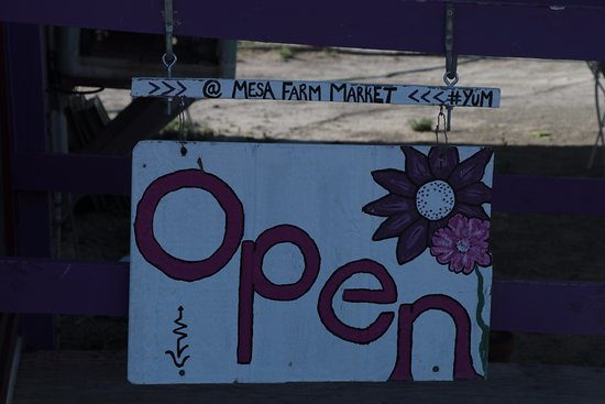 ‪‪Caineville‬, ‪Utah‬: Mesa Farm Market - open sign‬
