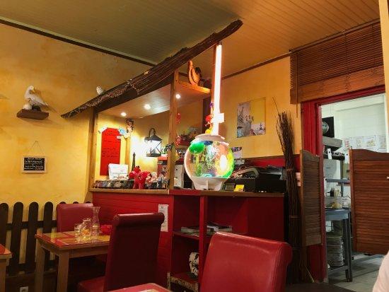 Inside the restaurant picture of le jardin du plaza for Restaurant mauguio le jardin